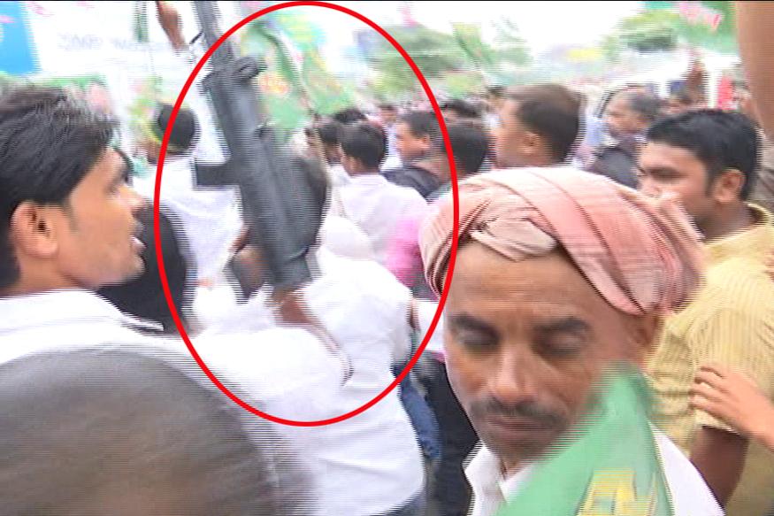 समर्थकों ने फायरिंग के अंदाज में पटाखे फोड़ते दिखे.