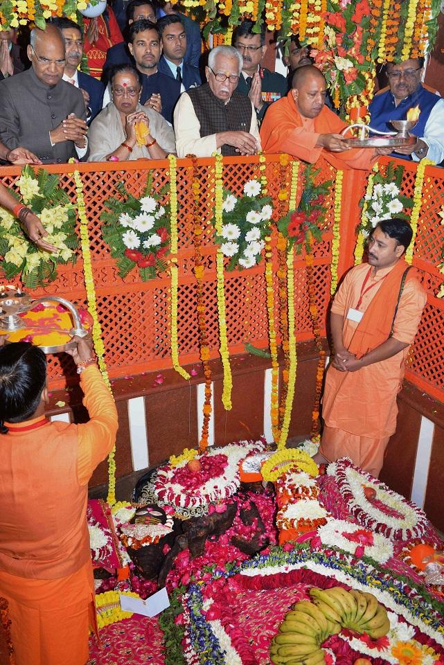 Allahabad:  President Ram Nath Kovind, his wife Savita Kovind, Uttar Pradesh Chief Minister Yogi Adityanath and UP Governor Ram Naik offer prayer and perform rituals at Bade Hanuman Ji temple near Sangam, in Allahabad on Saturday. PTI