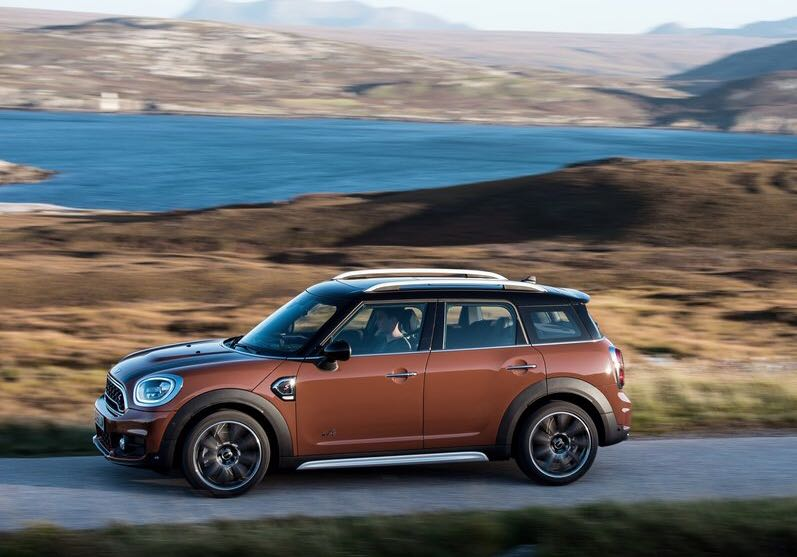 <p>The 2018 Mini Countryman SD is powered by a 1,995cc, 4-cylinder diesel engine that produces 190PS and 400Nm and that enables it to go from naught to 100kmph in 7.7s.</p>
