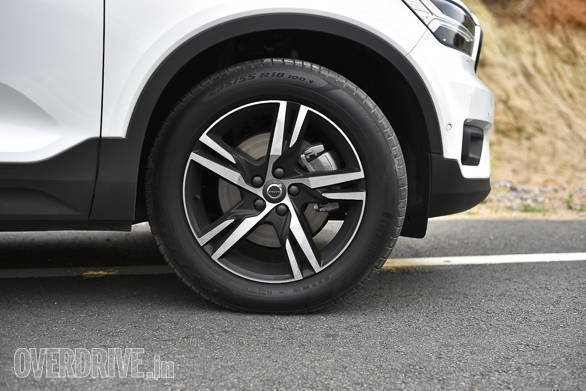 <p>The Volvo XC40 unladen ground clearance is higher than its competitors at 211mm</p>