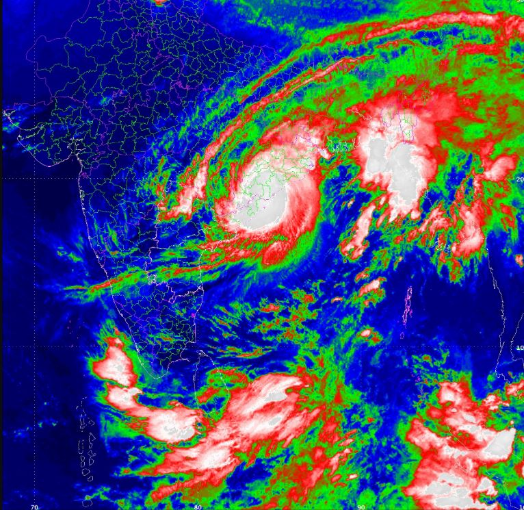 Cyclone batters eastern India, 300,000 evacuated
