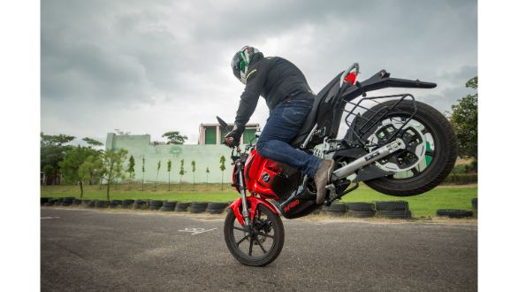 <p>At 108kg kerb, the RV400 weighs as much as a Honda Activa.</p>