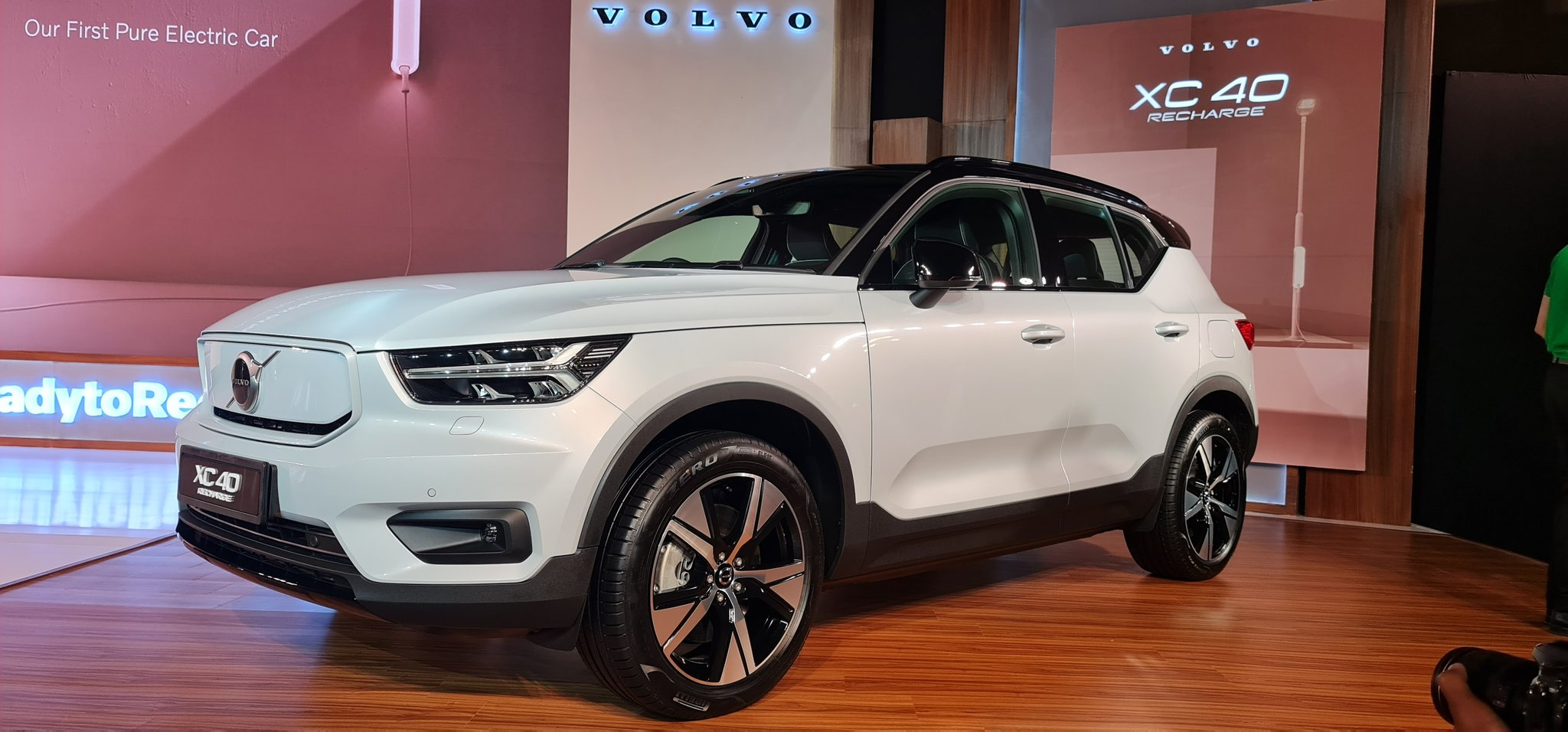 The all new @volvocarsin XC40 has a claimed driving cycle of 418kms in between charges as per European test cycles. Does 0-100kph in 4.9 seconds, permanent AWD and fast charging options.